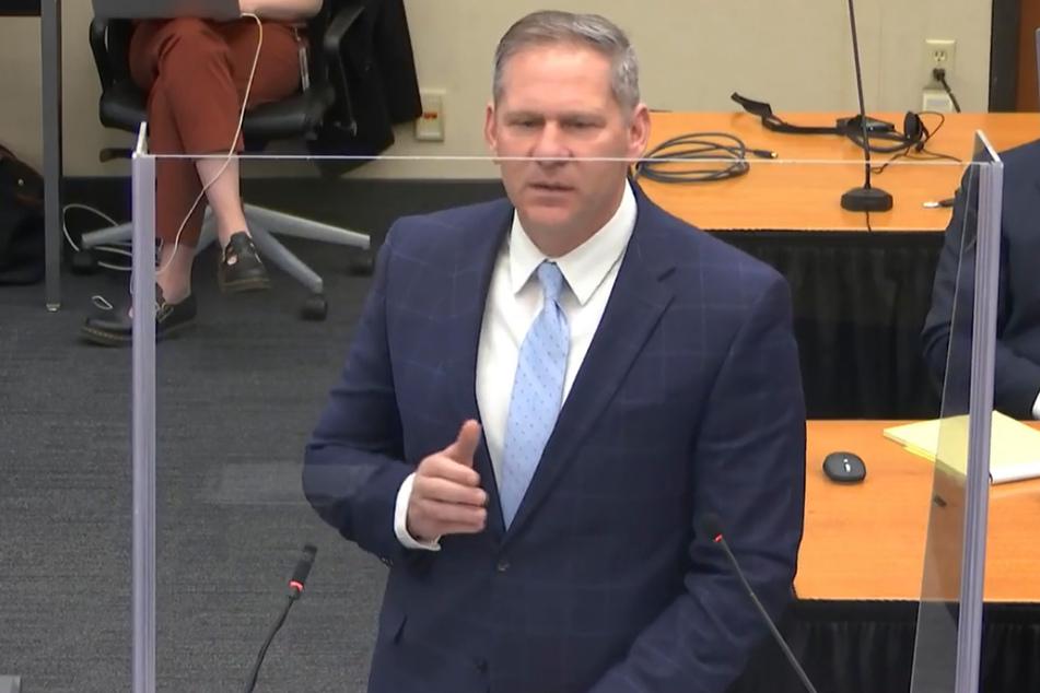 Staatsanwalt Steve Schleicher hält sein Schlussplädoyer im Hennepin County Gericht.
