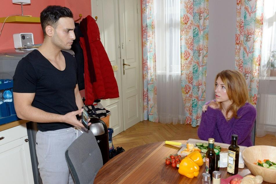 Lilly erzählt ihrem Freund von ihrer mysteriösen Entdeckung.