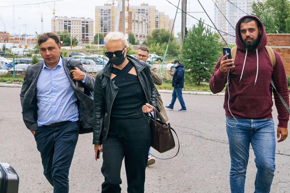Die Frau des russischen Oppositionsaktivisten Alexej Nawalny, Julia (M), und sein Kollege Ivan Zhdanov, (l) kommen zur Intensivstation eines Krankenhauses, in das Alexej Nawalny eingeliefert wurde.