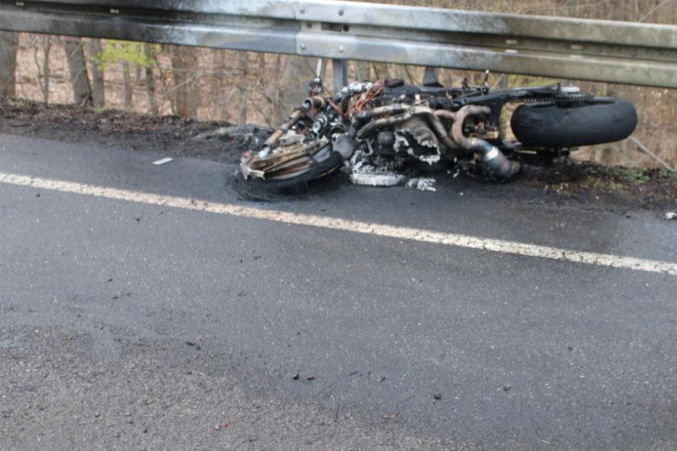 Biker stürzt schwer auf B399, Motorrad fackelt ab