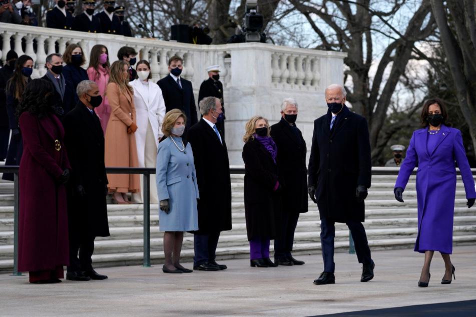 Joe Biden und US-Vizepräsidentin Kamala Harris (r.) kommen zur Kranzniederlegung am Grab des unbekannten Soldaten auf dem Arlington National Cemetery und gehen dabei an dem ehemaligen Präsident Barack Obama und seiner Frau Michelle, dem ehemaligen Präsidenten George W. Bush und seiner Frau Laura und dem ehemaligen Präsident Bill Clinton und seiner Frau Hillary Clinton vorbei.