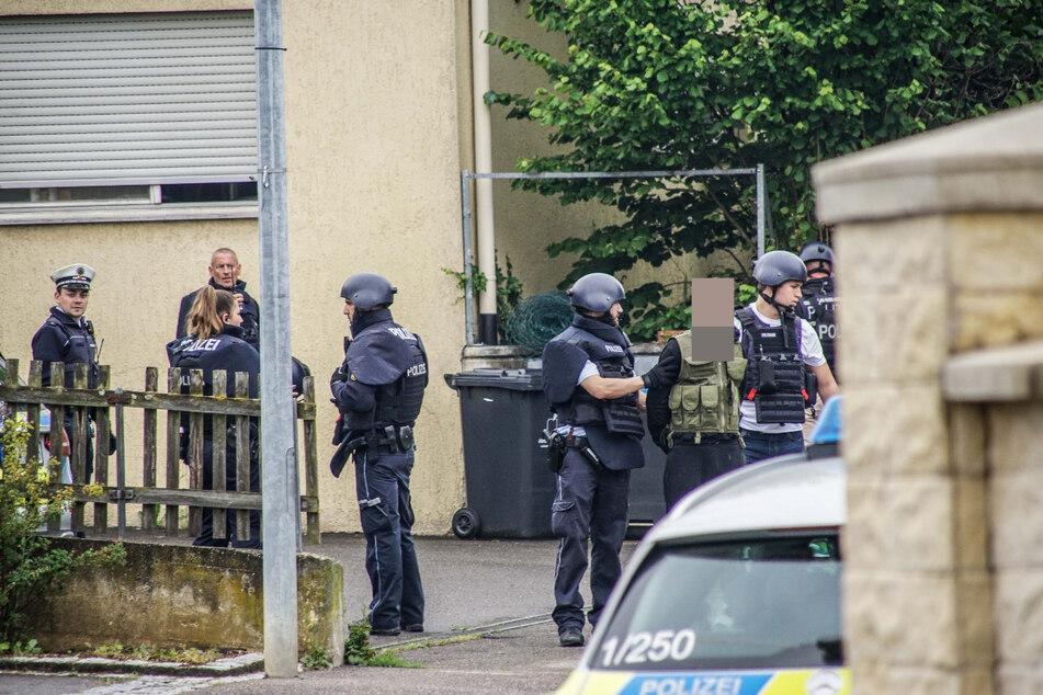 Vermummte Männer mit Waffen: Polizei umstellt Anwesen
