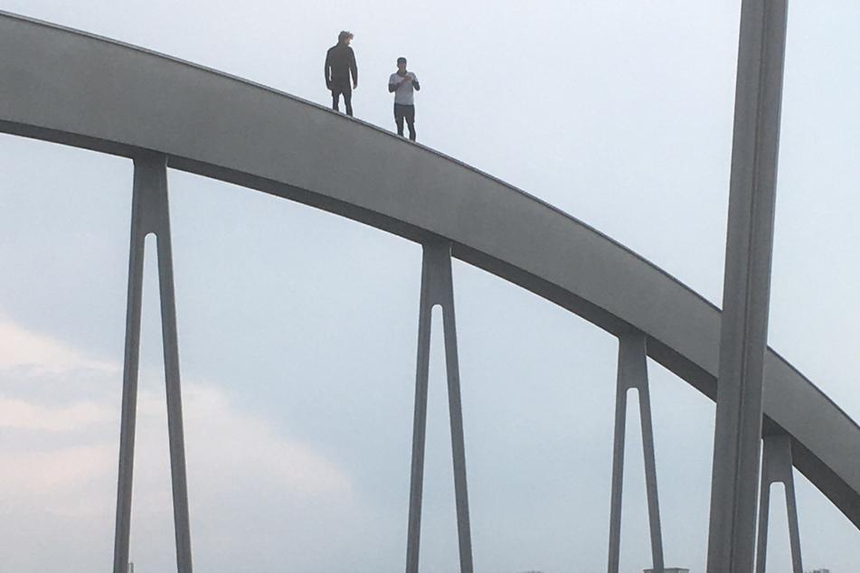 Zwei Männer standen am Dienstag auf einem Bogen der Waldschlößchenbrücke.