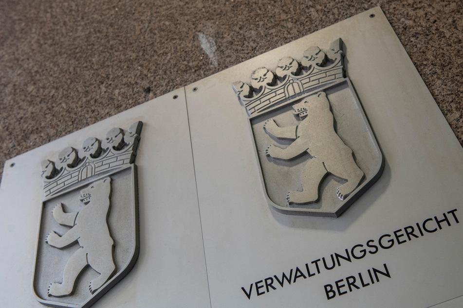 Ein Hinweisschild weist auf das Verwaltungsgericht Berlin hin.