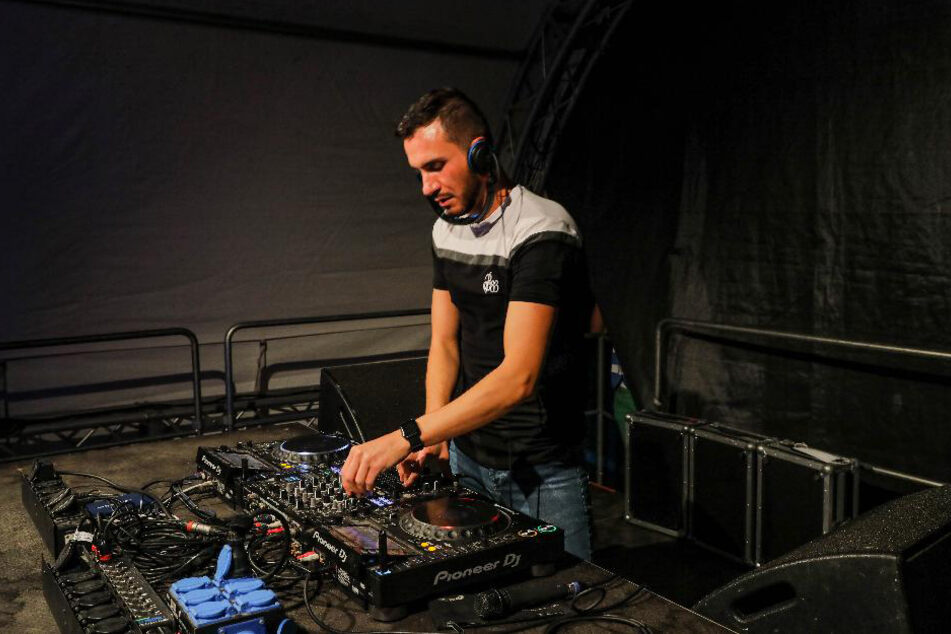"""Radio-Galaxy-Moderator und DJ """"Markus F."""" brachte die Audioanlagen der Autos zum vibrieren."""