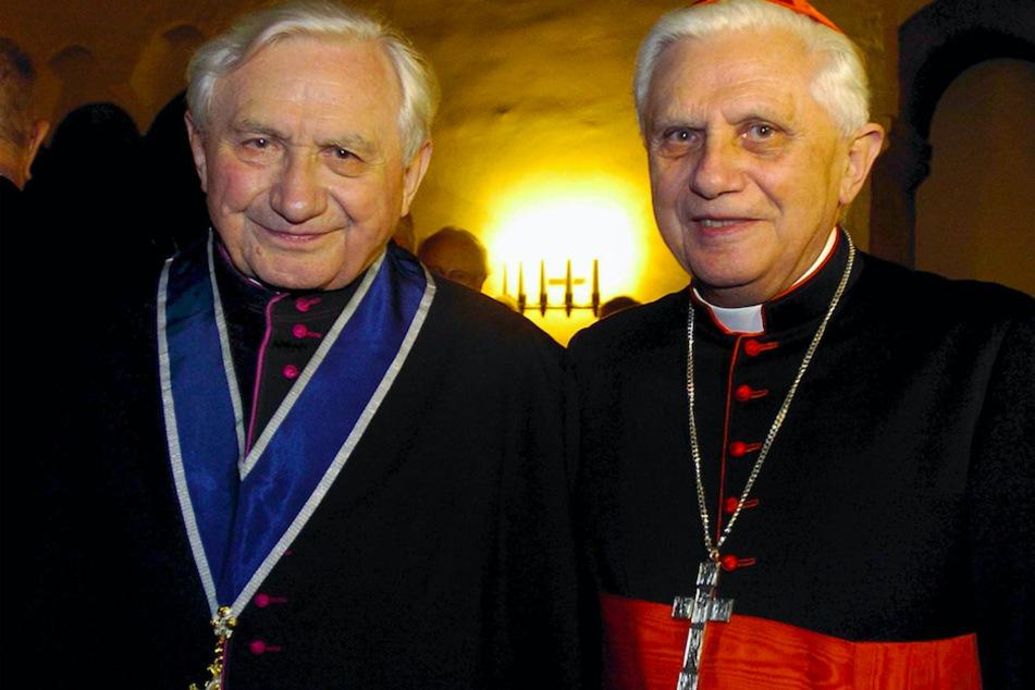 Der frühere Regensburger Domkapellmeister Georg Ratzinger (l.) steht an seinem 80. Geburtstag neben seinem Bruder, Kardinal Joseph Ratzinger, dem späteren Papst Benedikt XVI.