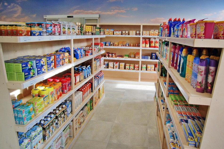 Drinnen findet man ein Angebot wie in jedem Supermarkt - auch von lokalen Bäckern und Fleischern.