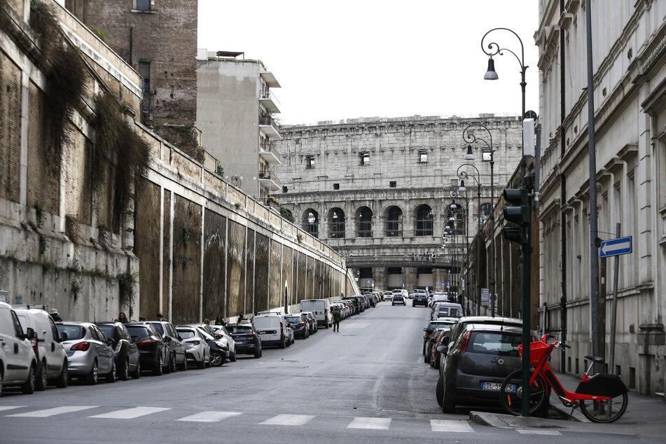 Die Via degli Annibaldi vor dem Kolosseum ist fast menschenleer. In Italien sollen wegen der Coronavirus-Ausbreitung die rund 60 Millionen Einwohner seit Dienstag möglichst zu Hause bleiben