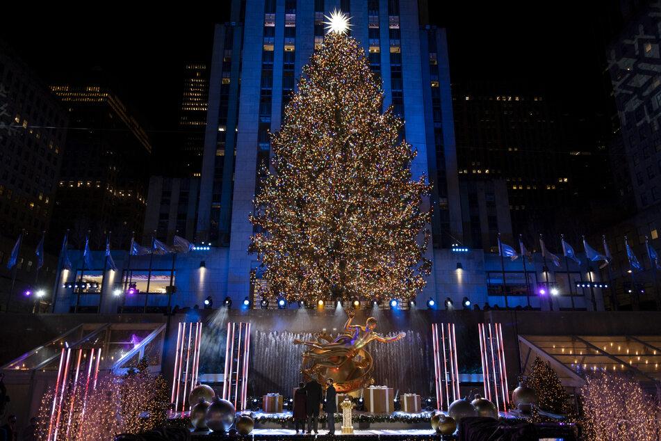 Mehr als 50.000 Lichter wurden am Weihnachtsbaum vor dem Rockefeller Center angezündet. Aufgrund der Corona-Beschränkungen fand das Spektakel am Rockefeller Center diesmal allerdings ohne Zuschauer vor Ort statt.
