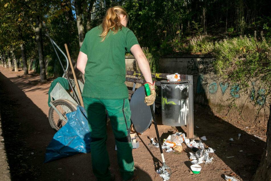 Macht den Müll der Feiernden weg: Gärtnerin Nadine (24) bei Reinigungsarbeiten im Rosengarten. Hier ist es nicht nur Müll, welcher der Stadt Sorgen bereitet.