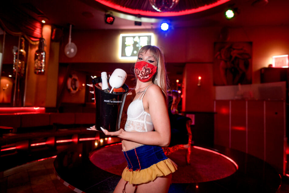 """Auch in """"Susis Show Bar"""" auf St. Pauli wappnen sich die Tänzerinnen mit Mundschutz gegen eine zweite Corona-Welle."""