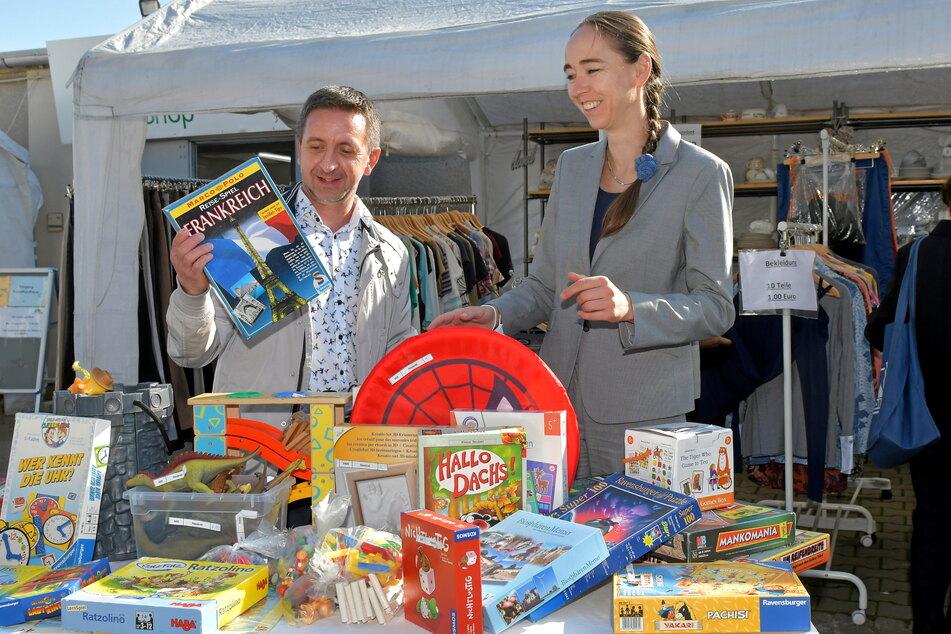 Betreiber des Sozialkaufhauses ist das Sächsisches Umschulungs- und Fortbildungswerk. Vorstand Martin Seidel (45) zeigte Sozialbürgermeisterin Kristin Kaufmann (44, Linke) beim Rundgang auch Spiele für Kinder.