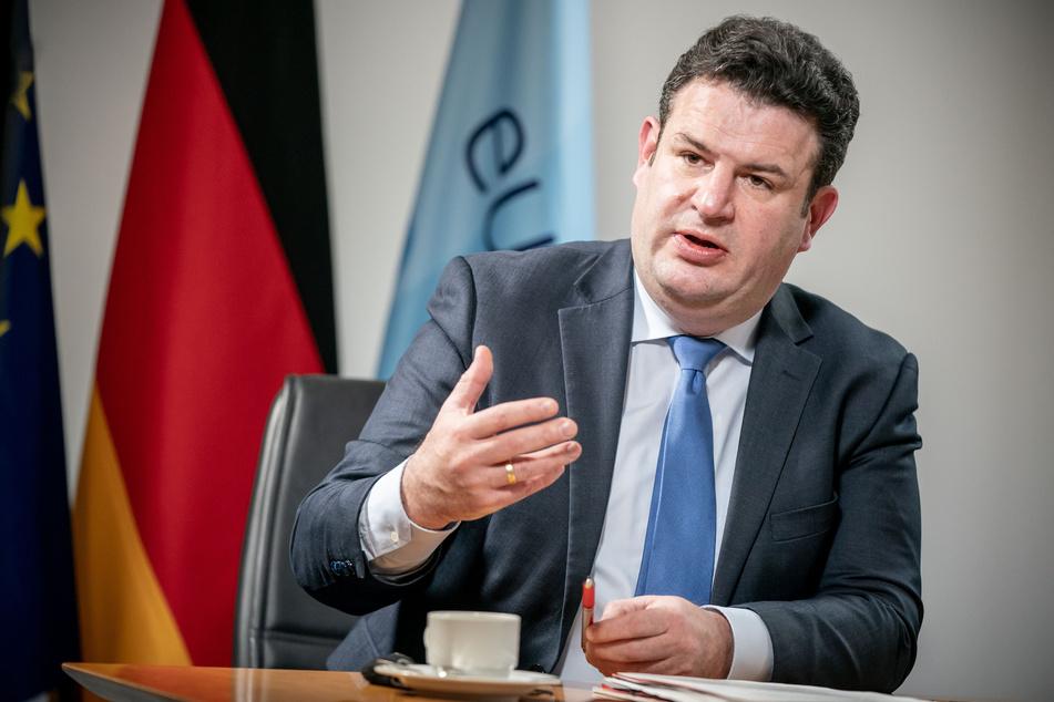Geht es nach Hubertus Heil (48, SPD), Bundesminister für Arbeit und Soziales, sollen Arbeitnehmer nach einem neuen Gesetzentwurf leichter regelmäßig von einem Ort ihrer Wahl aus arbeiten können.