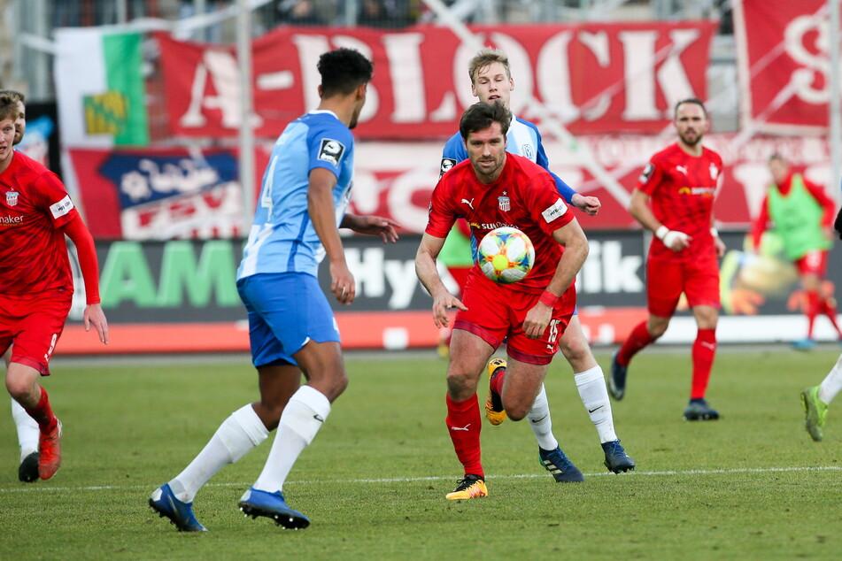 Szene aus der Partie des FSV Zwickau gegen den SV Meppen im Dezember 2019, Ronny König (M.) will an Yannick Osee vorbei. Meppen könnte auch der nächste Kontrahent der Westsachsen sein, wenn Corona die zuvor geplanten zwei Spiele verhindert.