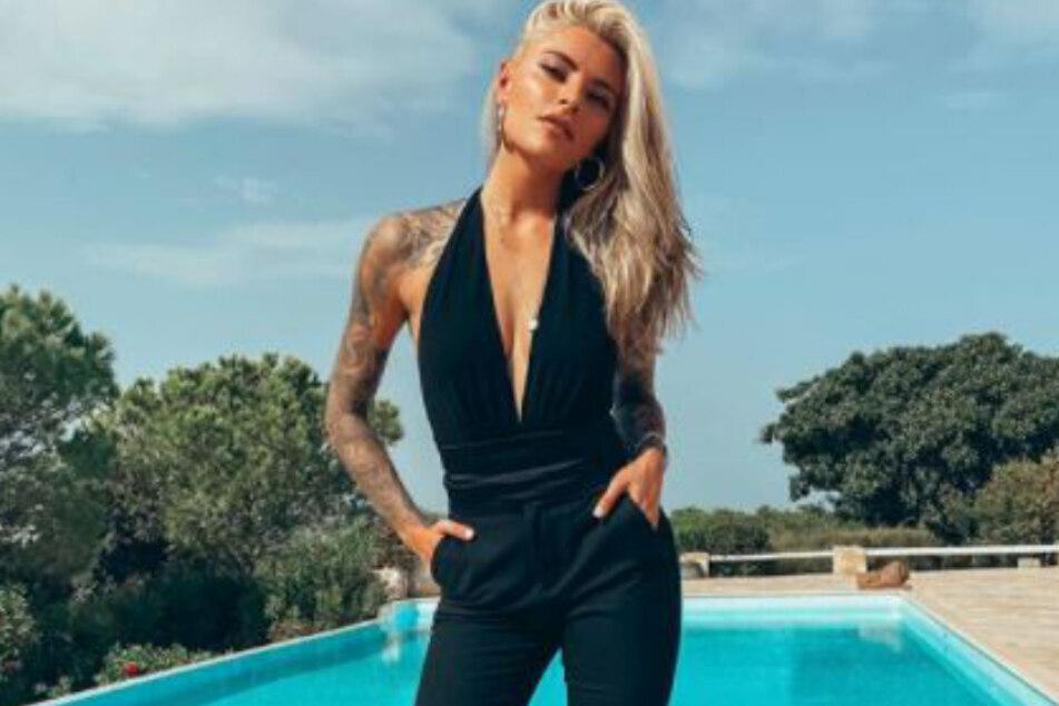 Sophia Thomalla (31) vor einem Pool auf der griechischen Insel Paros in der Ägäis.