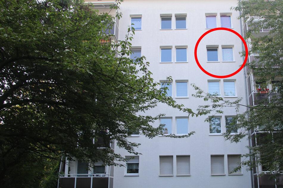 Aus diesem Fenster im viertes Stock eines Wohnblocks in Halle soll das Kleinkind am Sonntag gestürzt sein.