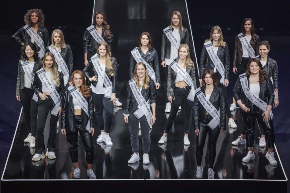 Die Teilnehmerinnen des Finales der Miss-Germany-Wahl 2021 stehen im Europa-Park auf einer Bühne. Die Finalistinnen verbringen die Tage vor dem Finale gemeinsam in Rust.
