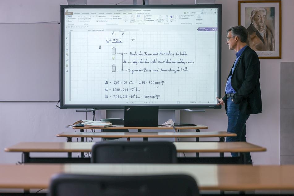 Steffen Jost beim Physik-Kurs - der Schulleiter hält Fernunterricht für westendlich aufwendiger.