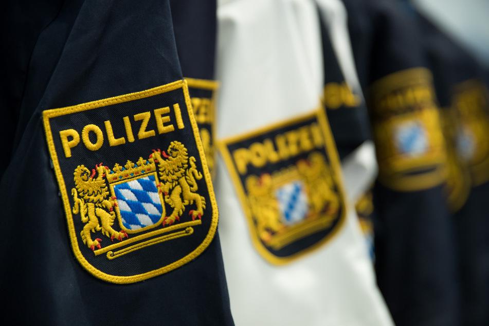 Wegen Volksverhetzung und Beleidigung muss sich ein Polizist in Bayern vor dem Augsburger Amtsgericht verantworten. (Symbolbild)