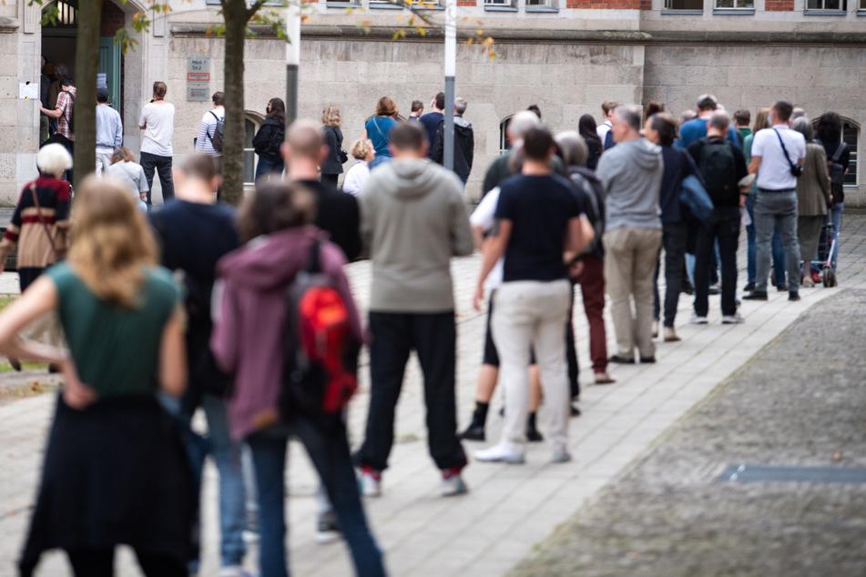 Vor den Wahllokalen bildeten sich teilweise lange Warteschlangen.