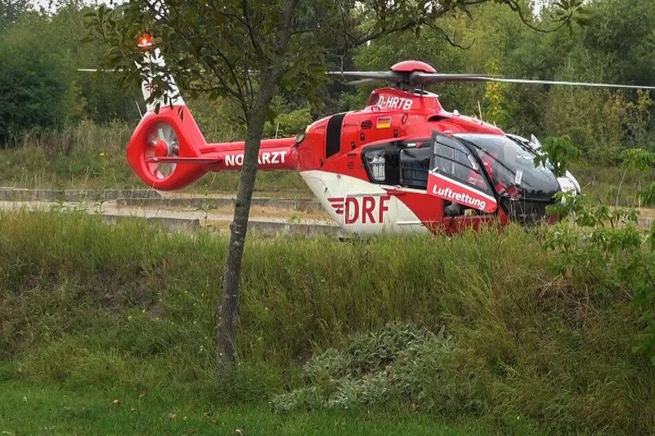 Am Mittwochmorgen ist ein 83-jähriger Autofahrer aus Berlin nach einem Unfall an der Landesgrenze von Mecklenburg-Vorpommern zu Brandenburg schwer verletzt mit einem Rettungshubschrauber abtransportiert worden. (Symbolfoto)