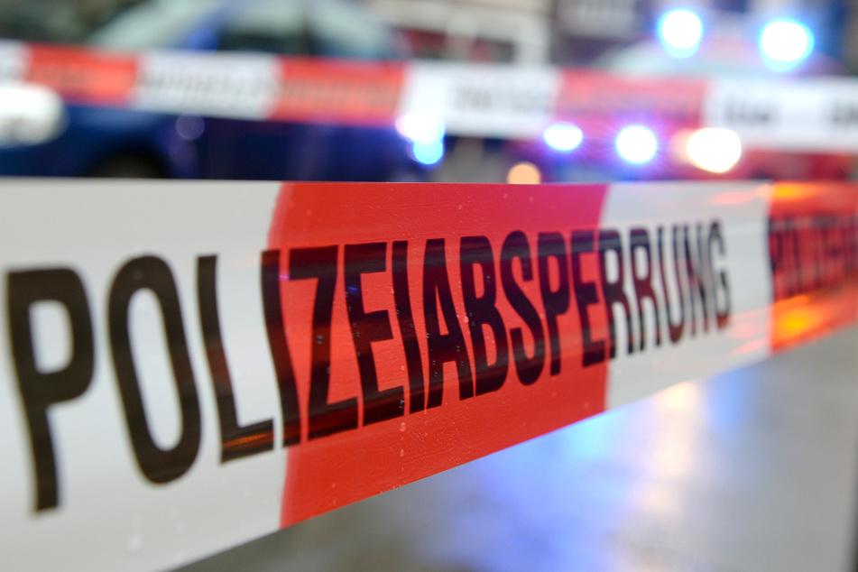 Ein Flatterband der Polizei hängt an einem Einsatzort. In einem Wohnhaus in Bakum ist eine Leiche gefunden worden. (Symbolbild)