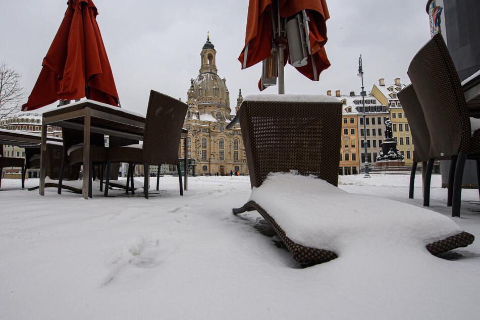 Umgefallen und eingeschneit. Ein Stuhl auf dem Neumarkt geradezu symbolisch für die geschlossene Gastronomie.