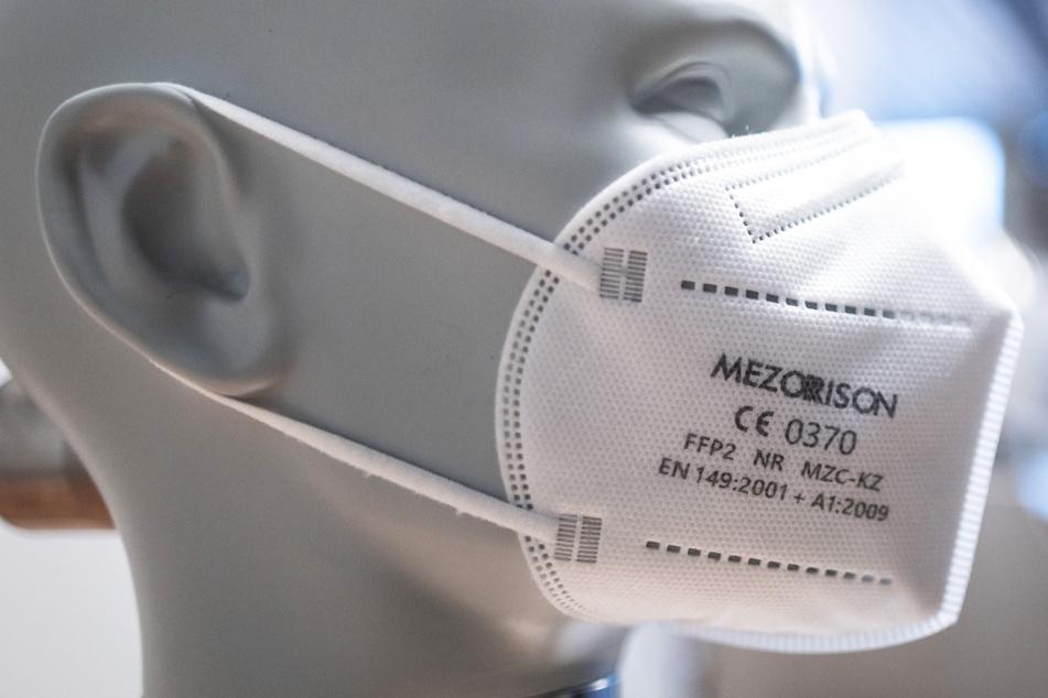 Eine FFP2-Maske ist im Maskenprüfstand angebracht – das Land Hessen hat knapp 15,9 Millionen Corona-Schutzmasken an die Schulen im Land geliefert.