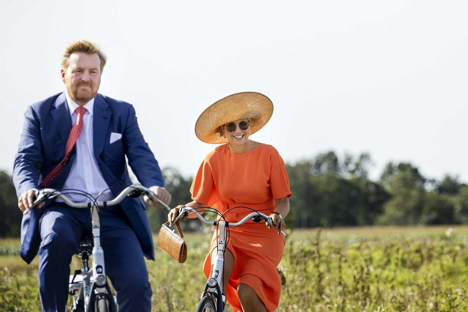 Willem-Alexander (l), König der Niederlande und Maxima, Königin der Niederlande, fahren auf Fahrrädern während eines Besuchs bei dem Unternehmen ECOstyle.