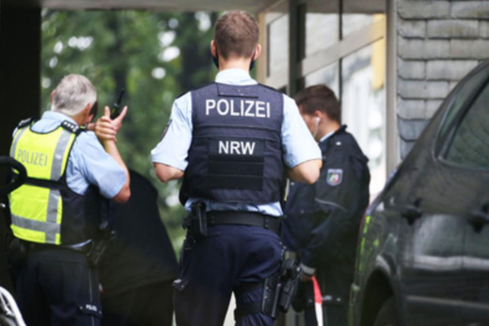 Polizisten an dem Mehrfamilienhaus in Solingen, wo die tatverdächtige Mutter fünf ihrer Kinder umgebracht haben soll.