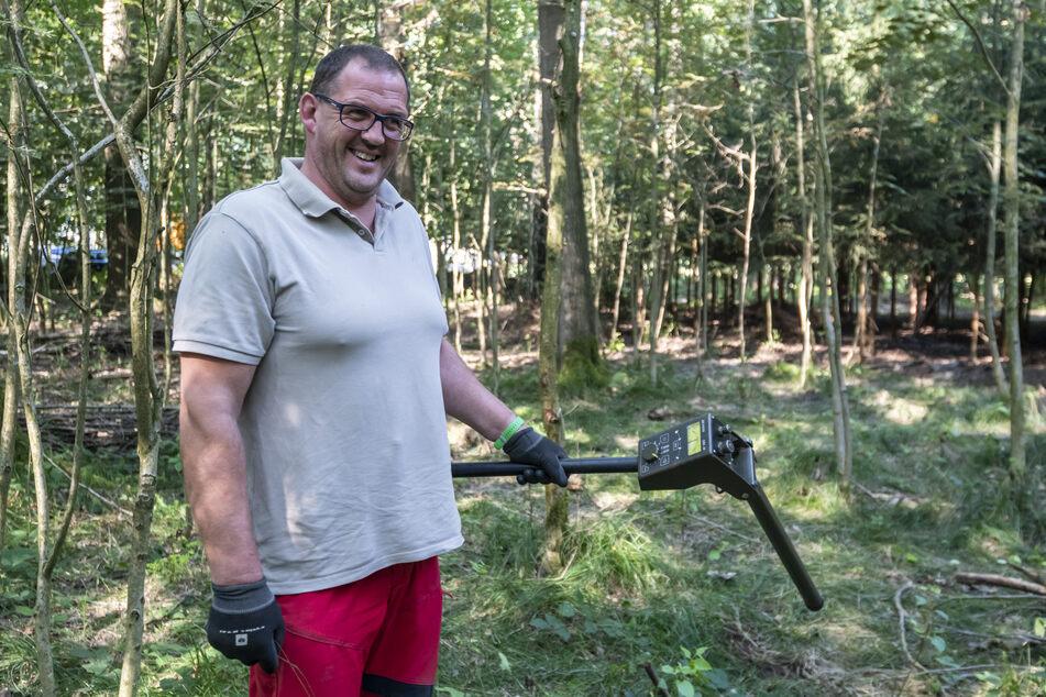 Mit Spezialgeräten auf der Suche nach alter Munition: René Knab (45) durchforstet den Forst in Lichtenau.