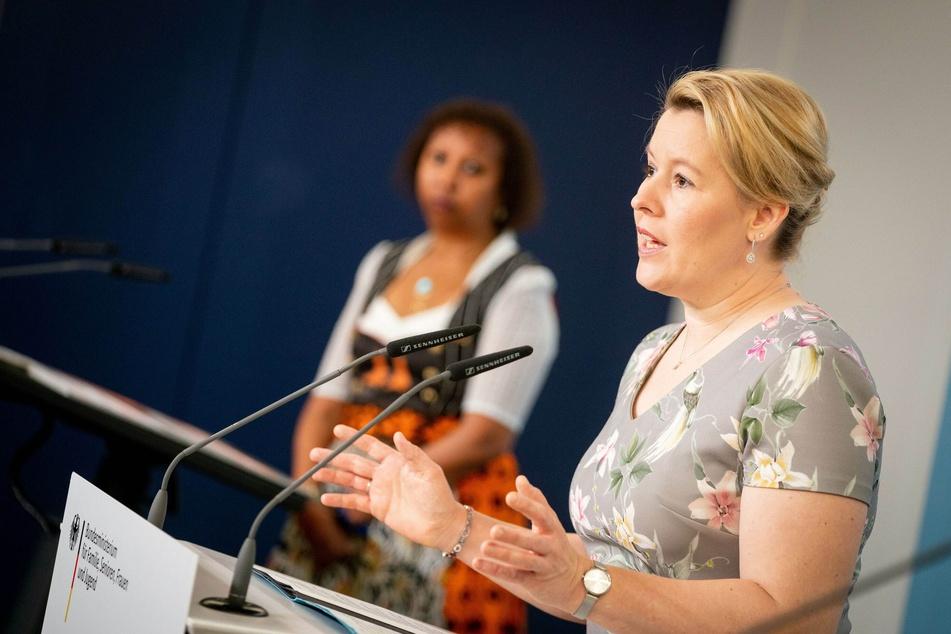 """Franziska Giffey (SPD, vorn) und Faduma Korn, 1. Vorsitzende von """"NALA e.V. Bildung statt Beschneidung"""", stellen auf einer Pressekonferenz neue Zahlen zu weiblicher Genitalverstümmelung in Deutschland vor."""