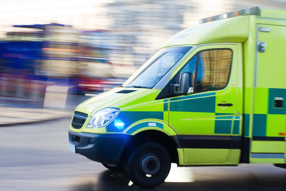Ein britischer Krankenwagen fährt zu einem Einsatz. Die Staatsanwaltschaft hat nach dem Tod einer Schülerin (†13) bei einer Klassenfahrt 2019 in London die Ermittlungen gegen vier Lehrer eingestellt. (Symbolbild)