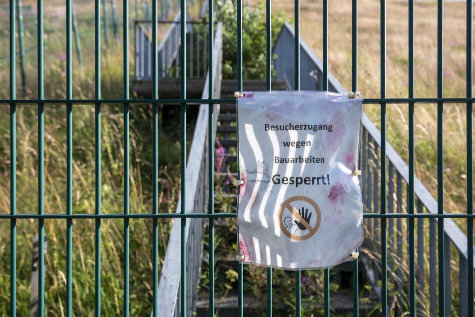 Ein provisorisches Schild versucht, mögliche Schau- lustige von der Anlage fernzuhalten.
