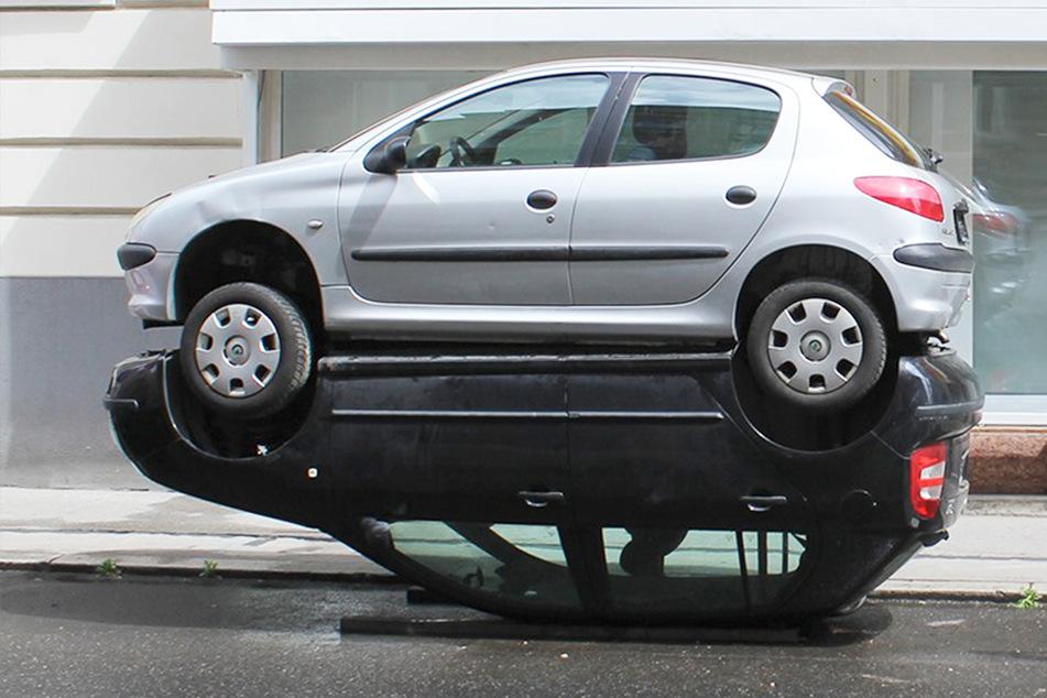 """Mann baut skurrilen Unfall: Zwei Autos """"parken"""" übereinander!"""
