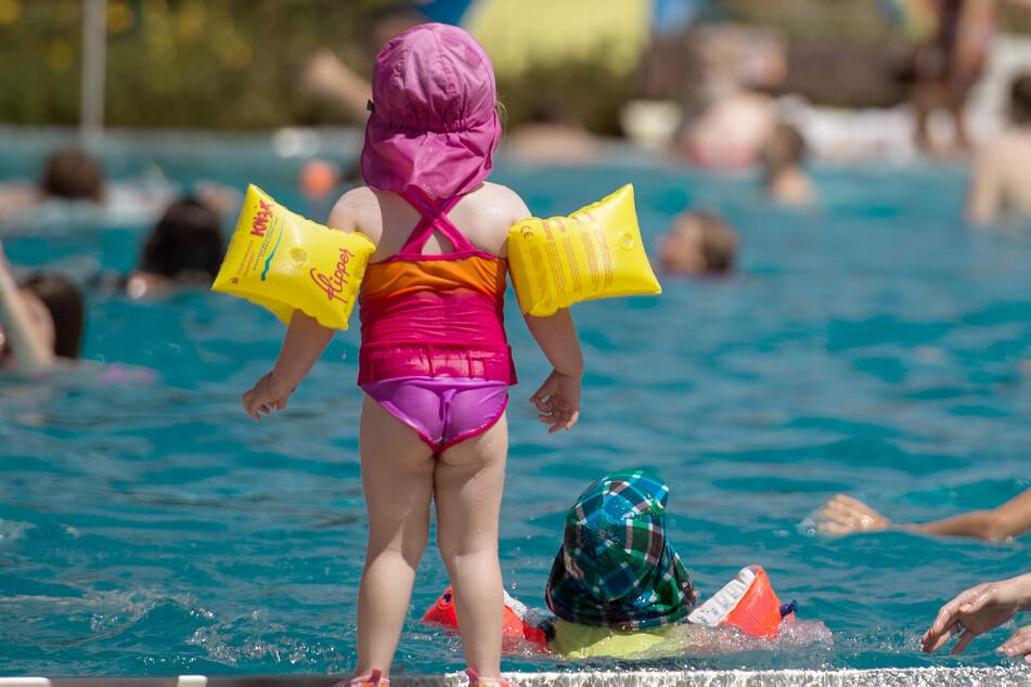 Schwimmflügel hindern Kleinkinder am Untergehen. Trotzdem sollten sie damit nie allein baden.
