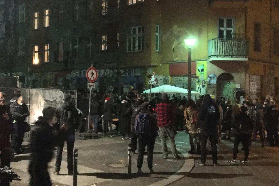 """Bereits am Freitag versammelten sich zahlreiche Menschen für Kundgebungen an der """"Liebig 34""""."""