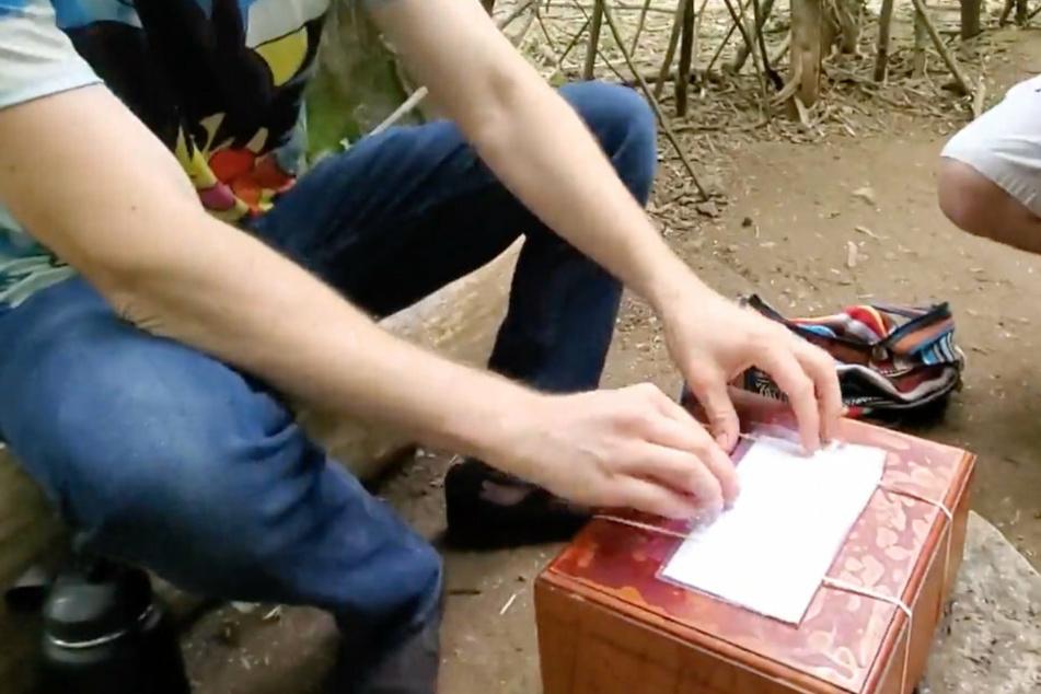 Was da wohl drin ist? Neugierig öffnet die Gruppe einen Brief, welcher an der Box befestigt ist.