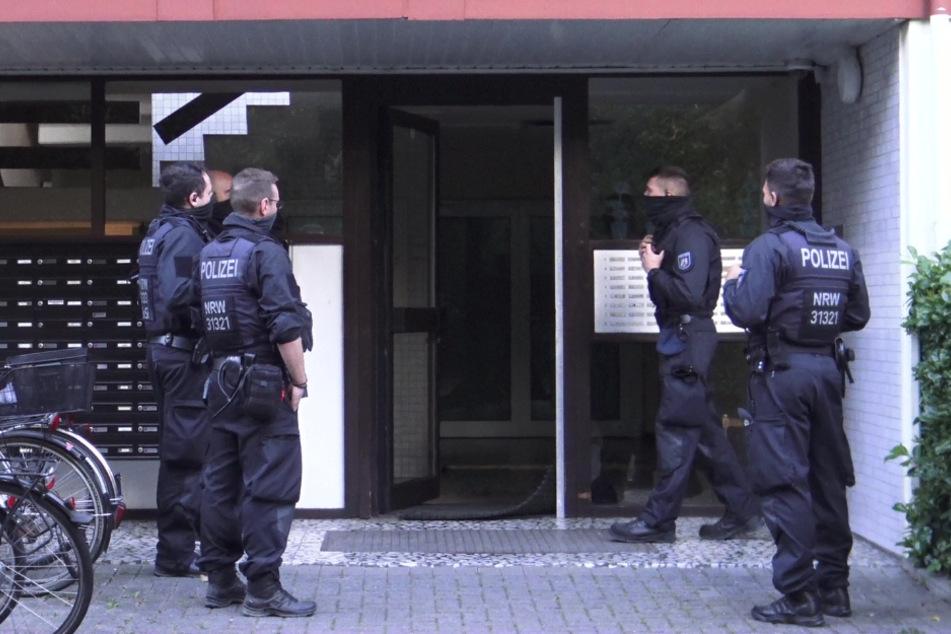 Die Polizei vor der Wohnung des tatverdächtigen 41-Jährigen in Bonn. Bei der Razzia stellten die Beamten Drogen, Geld und Waffen sicher.