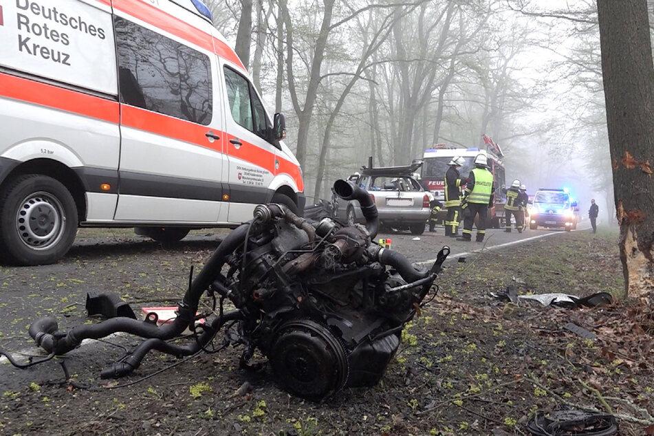 Bei dem Unfall am Montagmorgen wurde eine Frau (23) schwer verletzt. Durch den Aufprall sind sogar Teile des Motors auf der Fahrbahn verstreut worden.