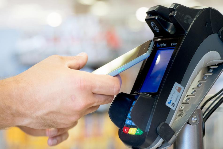 Viele Kunden können einfach mit dem Handy an der Kasse bezahlen.