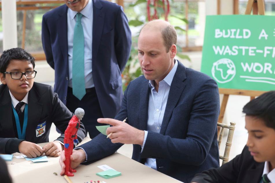 Prinz William (39) spricht im Rahmen eines Besuchs in den Royal Botanic Gardens mit Kindern der Heathlands School in London.