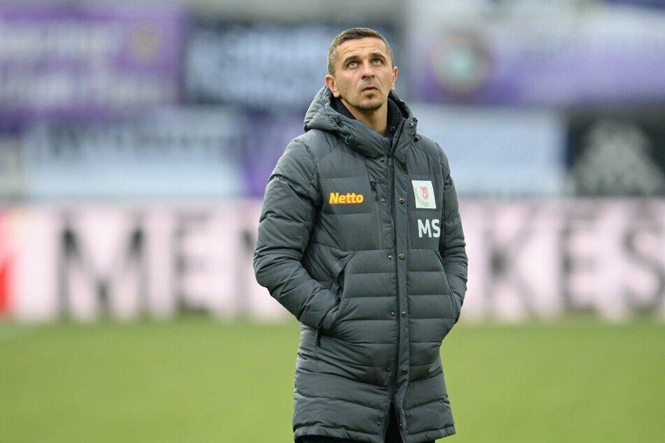 Regensburgs Trainer Mersad Selimbegovic (38) wurde bereits am Freitag positiv auf das Coronavirus getestet.