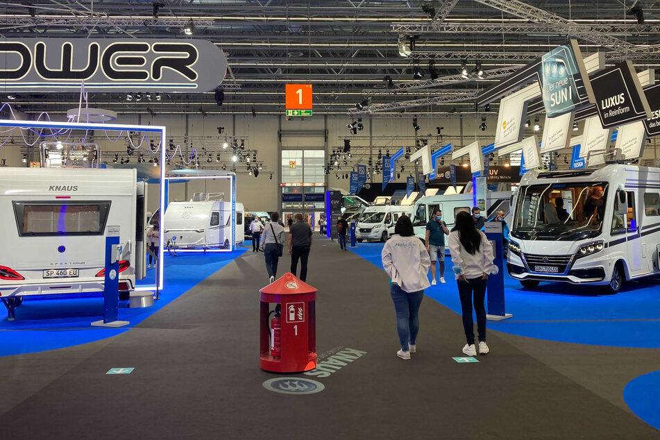 Fachbesucher laufen durch die Düsseldorfer Messe beim Caravan Salon. Die Messe für Wohnmobil und Wohnanhänger hat am Wochenende eröffnet.