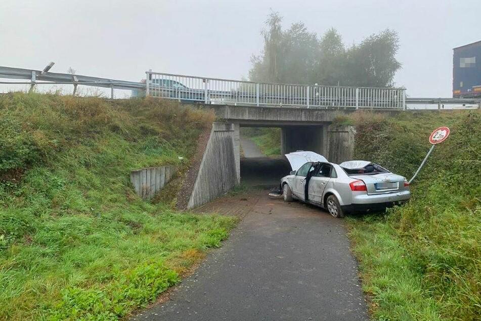 Der Audi rauschte über einen Kreisverkehr, krachte in eine Leitplanke und kam letztlich auf einem Radweg zum Stehen.