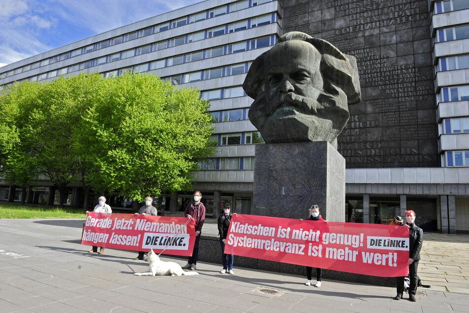 Die Linke demonstriert vor dem Karl-Marx-Kopf.