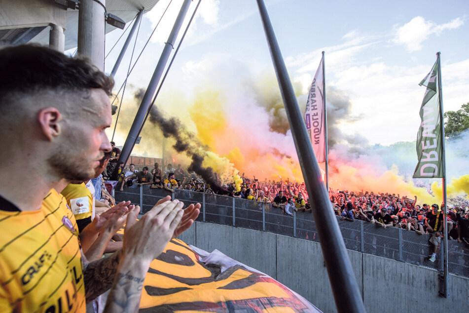 """Völlig ergriffen stand Patrick Schmidt am Sonntag mit seinen Mannschaftskollegen am Stadion und verfolgte, was die Fans dort abzogen. """"Ohne Worte"""" war der 26-Jähriger begeistert."""