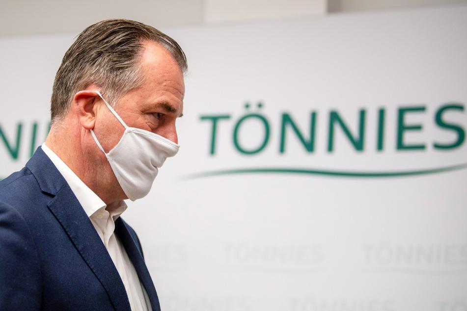 Clemens Tönnies, geschäftsführender Gesellschafter bei Deutschlands größtem Schlachtbetrieb Tönnies, trägt bei einer Pressekonferenz bei Tönnies eine Schutzmaske.