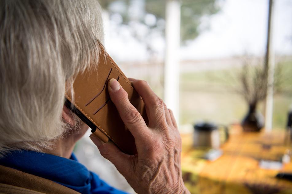 In Köln hat sich eine Seniorin (84) als reiche Witwe ausgegeben und Telefonbetrügern das Handwerk gelegt, die sie um ihr Geld bringen wollten. (Archivbild)