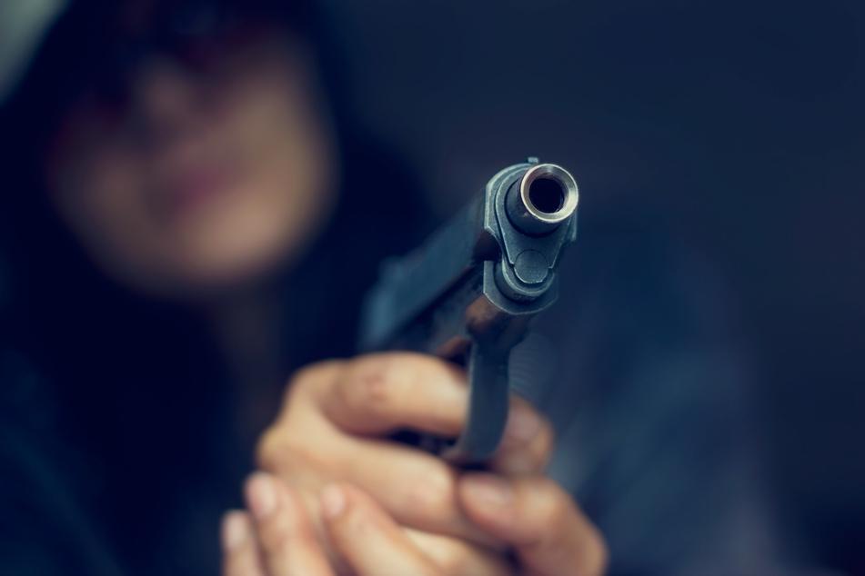 Ein 58-Jähriger richtete am Samstagabend im Frankenberger Ortsteil Dittersbach eine Waffe auf die Polizei (Symbolbild).